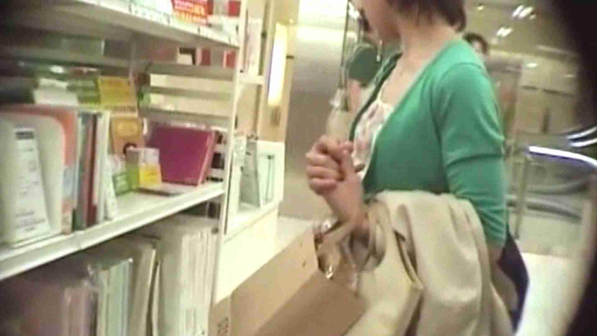 真剣に買い物中のgal達を上から下から狙います。vol.06 隠撮 ワレメ動画紹介 89pic 2